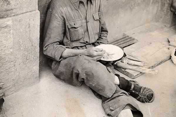 Il pasto dell'operaio, anni 1950, Fondazione ISEC, fondo Odoardo Fontanella.